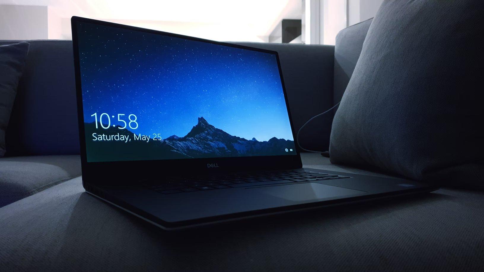 Computador portátil sobre sofá