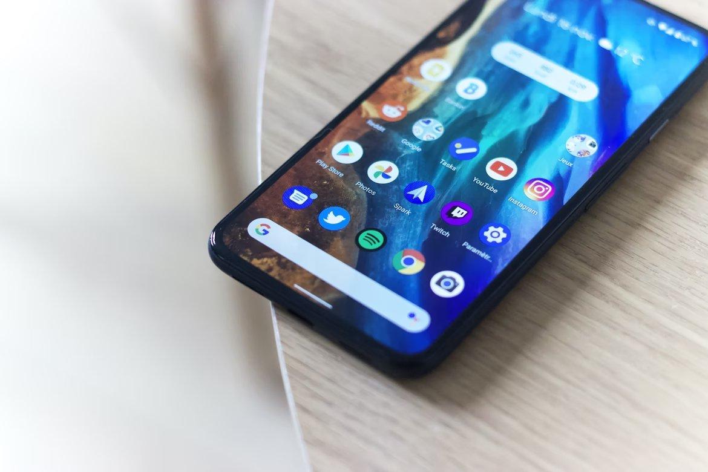 Smartphone Android sobre uma mesa